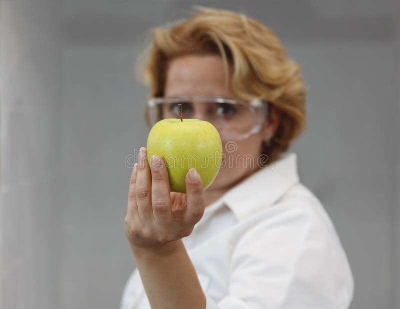 Cientista fêmea que oferece o alimento natural fotos de stock