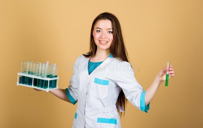Cientista feliz da mulher no laboratório Bons resultados doutor da mulher com tubo de testes e microscópio, pesquisa Cientista no foto de stock royalty free