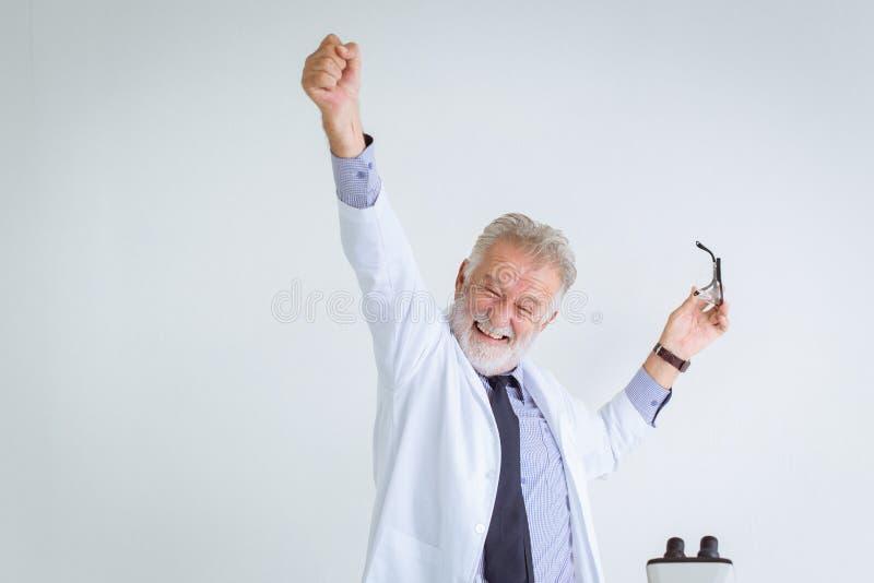 Cientista feliz do professor do sucesso a resolver na pesquisa da ciência imagens de stock royalty free