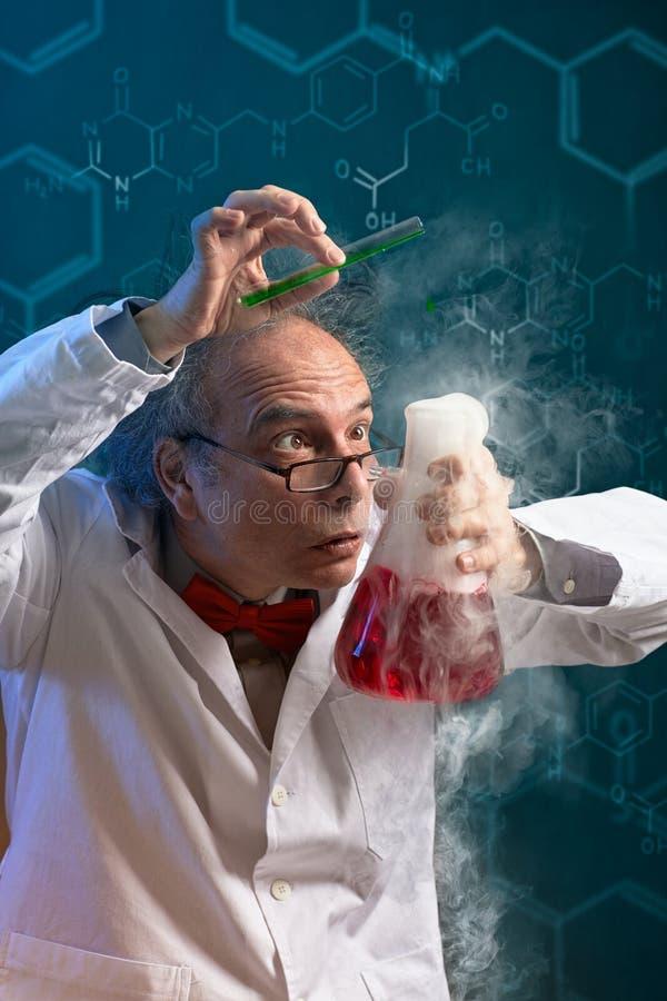 Cientista louco do químico centrado sobre a experiência imagens de stock royalty free