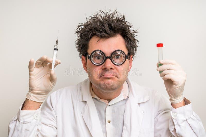 Cientista louco que executa experiências no laboratório imagem de stock royalty free