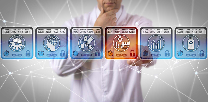 Cientista Managing Supply Chain de Pharma através de DLT foto de stock