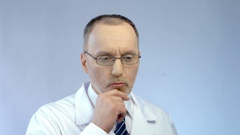 Cientista masculino que pensa sobre o projeto, resolvendo o problema na investigação médica imagens de stock