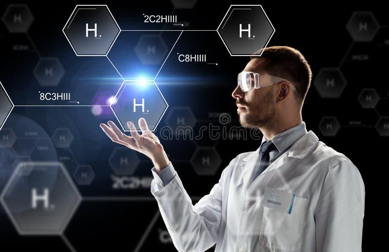 Cientista na fórmula química dos óculos de proteção do laboratório fotos de stock