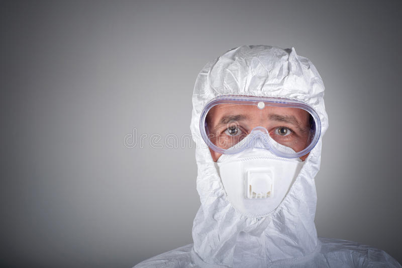 Cientista no desgaste protetor, vidros, respirador fotografia de stock royalty free