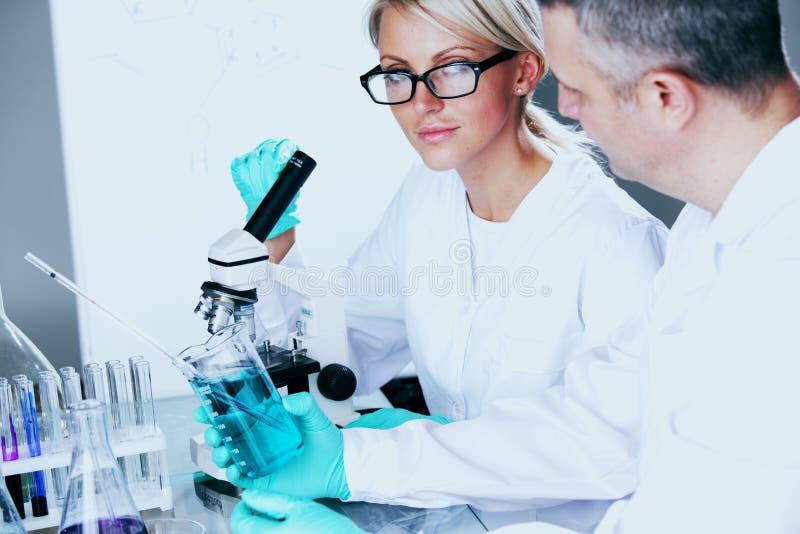 Cientista no laboratório químico fotos de stock