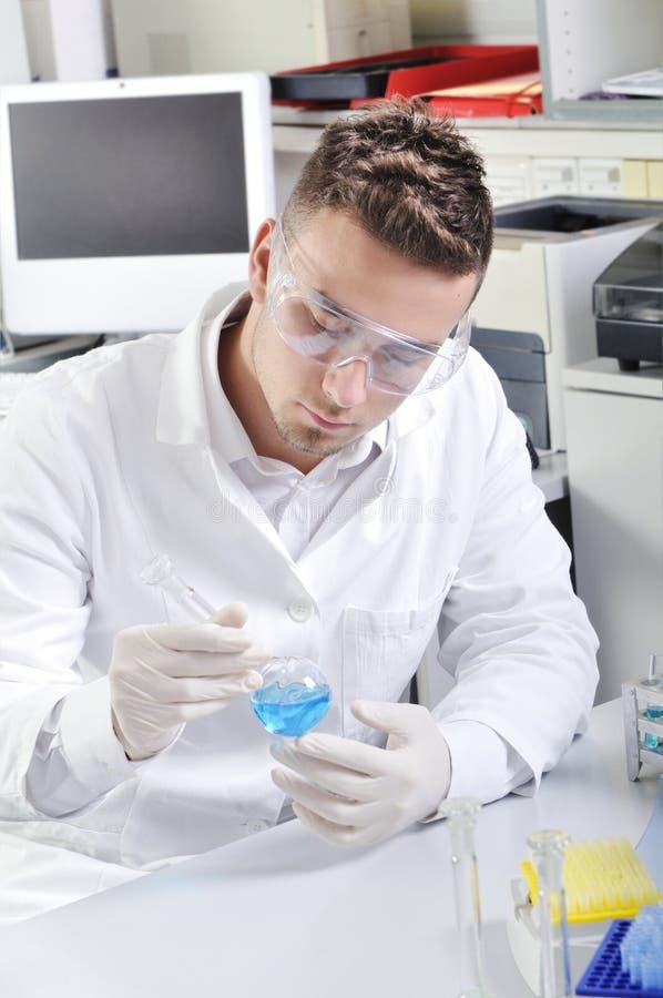 Cientista novo atrativo do aluno de doutorado no laboratório fotografia de stock