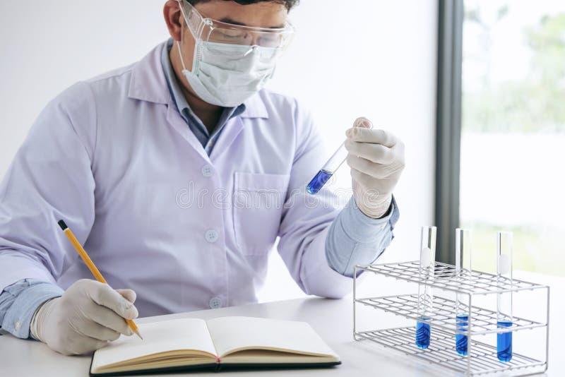 Cientista ou médicos no revestimento do laboratório que guarda o tubo de ensaio com reagente, imagem de stock royalty free