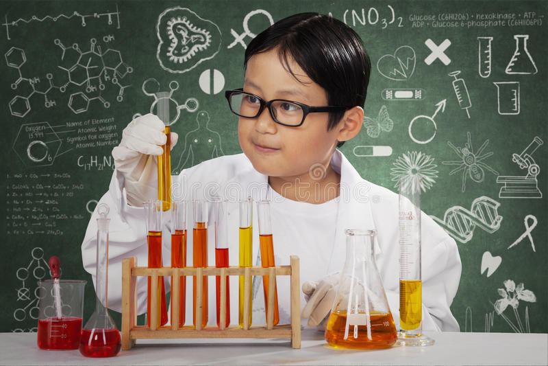 Cientista pequeno com produto químico no laboratório imagem de stock royalty free