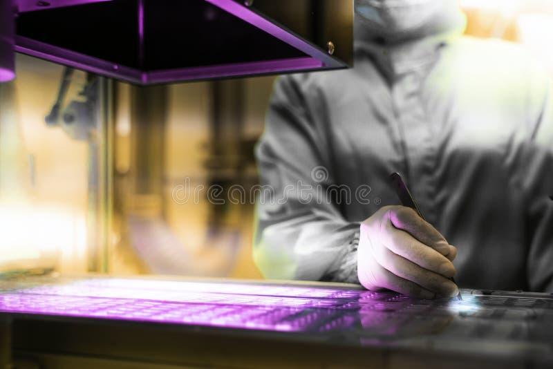 Cientista químico Is que trabalha em uma experiência no laboratório científico conceito da investiga??o e desenvolvimento do labo fotos de stock