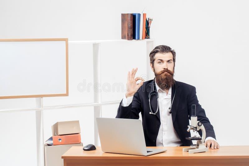 Cientista que mostra ESTÁ BEM no local de trabalho fotografia de stock royalty free