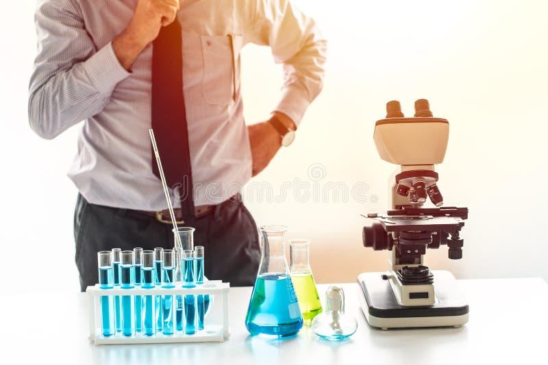 Cientista que pensa à investigação e desenvolvimento no laboratório químico fotografia de stock