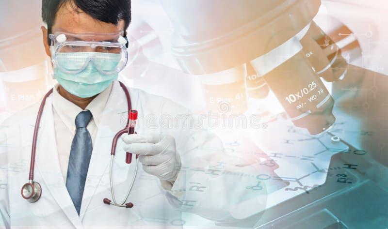 Cientista que trabalha no laboratório foto de stock