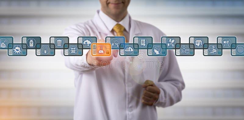 Cientista Securely Accessing Blockchain de Pharma foto de stock royalty free