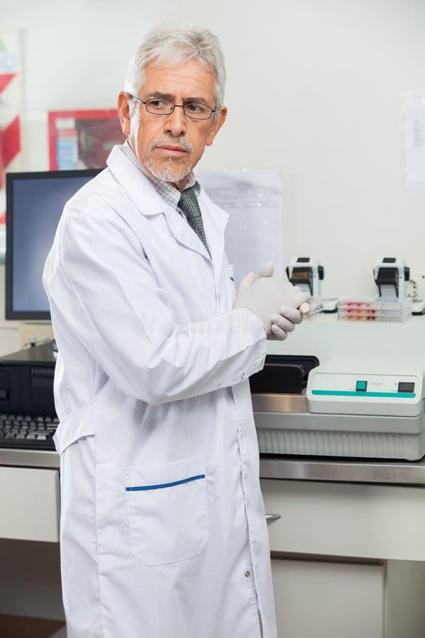 Cientista Standing By Analyzer no laboratório fotos de stock