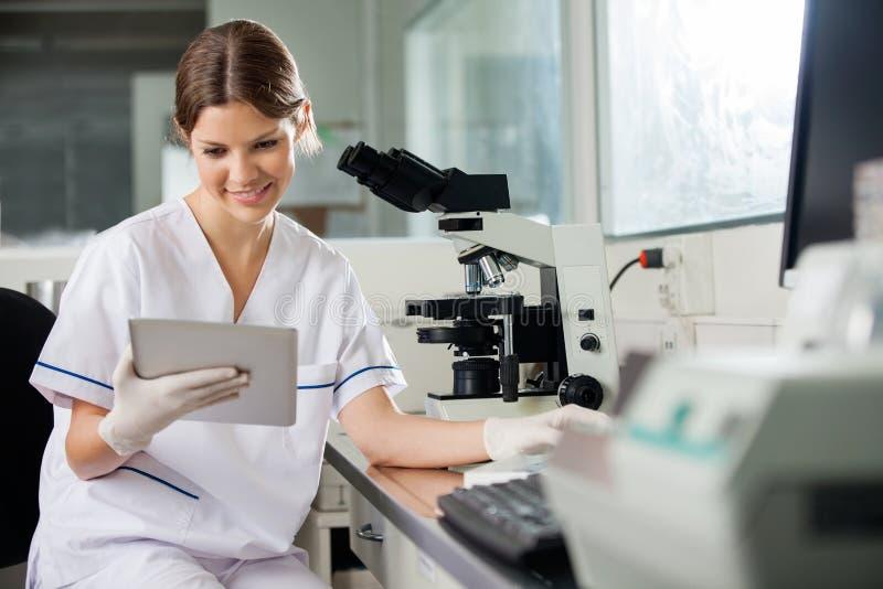Cientista Using Digital Tablet no laboratório foto de stock