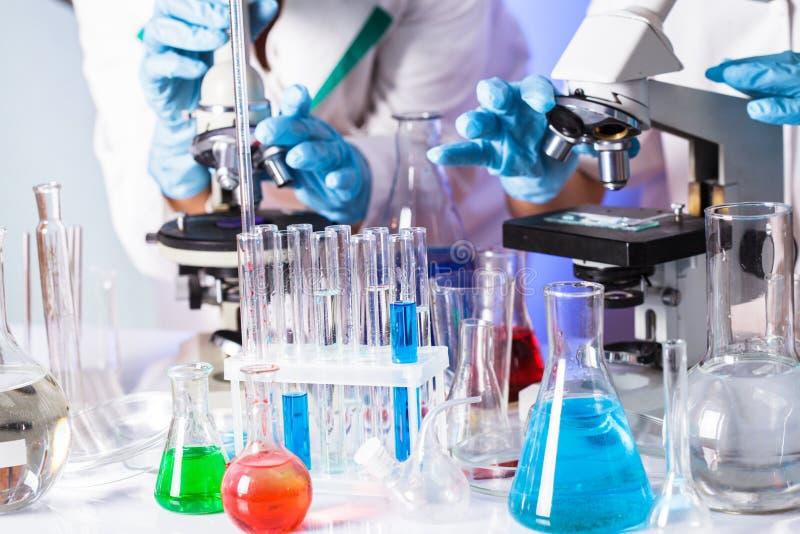 Cientistas no produto químico foto de stock