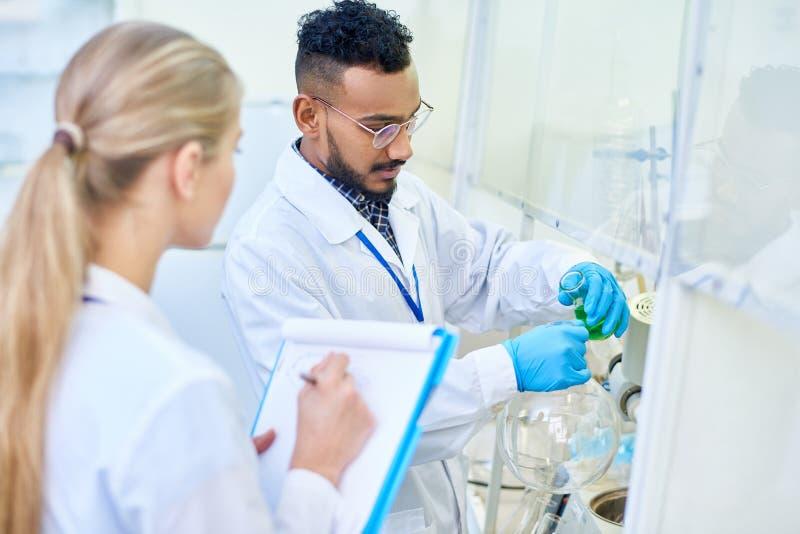 Cientistas novos no laboratório médico fotografia de stock