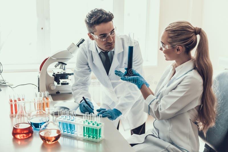 Cientistas novos que fazem a pesquisa no laboratório imagens de stock royalty free