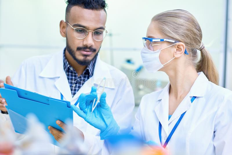 Cientistas novos que trabalham no laboratório imagens de stock royalty free