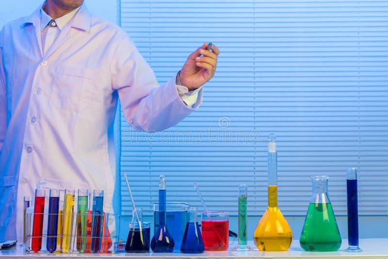 Cientistas que escrevem no whiteboard de vidro foto de stock royalty free