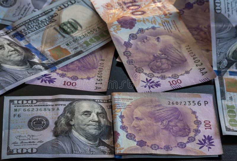Cientos argentino de peso y cientos d?lares fotos de archivo