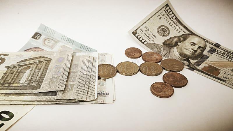 Cientos bagatelas documento de los dólares americanos y del euro fotos de archivo