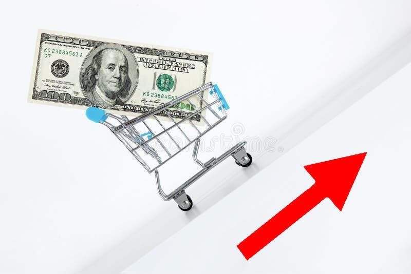 Cientos billetes de dólar en carro Levantamiento encima de la dirección con la muestra roja de la flecha Crecimiento del concepto fotos de archivo