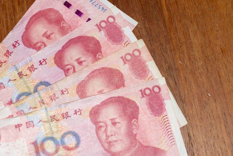 Cientos 100 chinos Renminbi RMB o Yuan Currency Bills avivaron hacia fuera en la tabla imagen de archivo