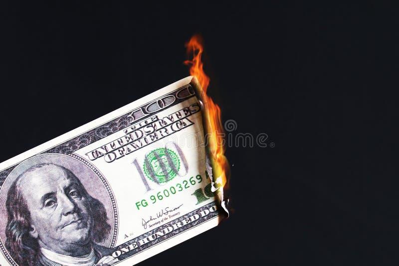 cientos dólares americanos que queman en llama del fuego hundimiento del dólar devaluaci?n Dinero en circulaci?n descendente fotos de archivo libres de regalías