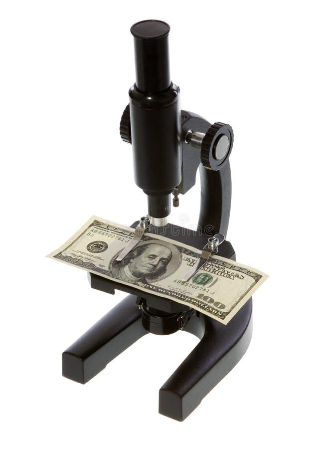 Cientos dólares Bill bajo un microscopio imagenes de archivo