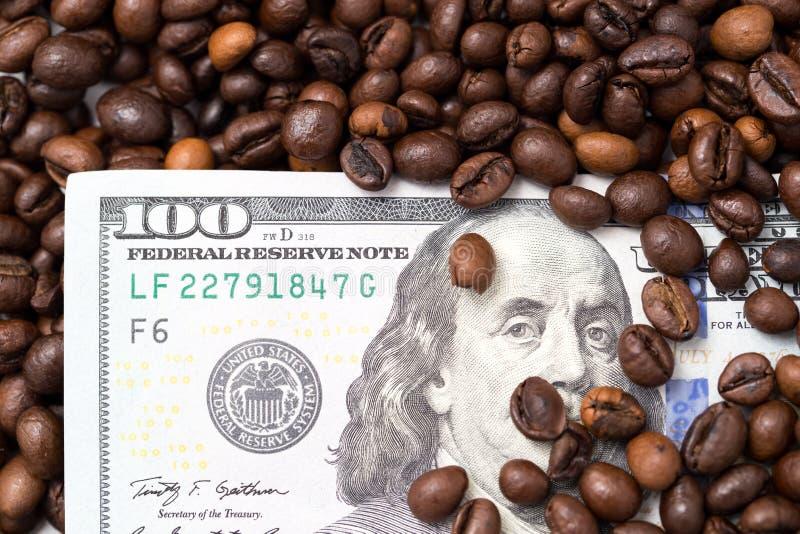 Cientos dólares en granos de café foto de archivo libre de regalías