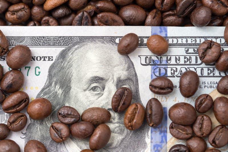 Cientos dólares en granos de café fotografía de archivo libre de regalías