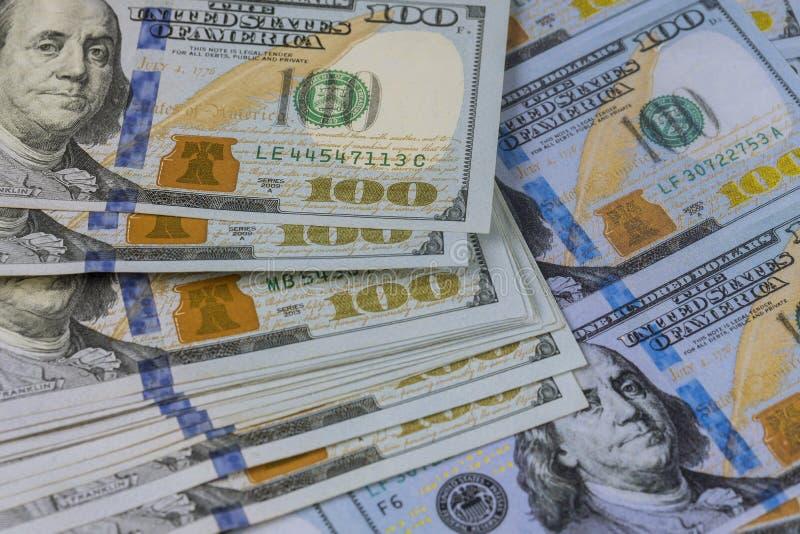Cientos d?lares americanos de billetes de banco se cierran para arriba fotografía de archivo