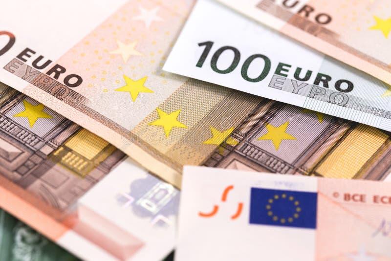 Cientos y cincuenta billetes de banco de los euros imagenes de archivo