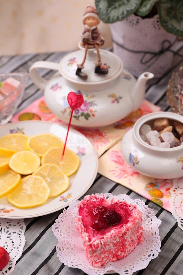 Ciepła filiżanka herbata i cukierki obraz stock