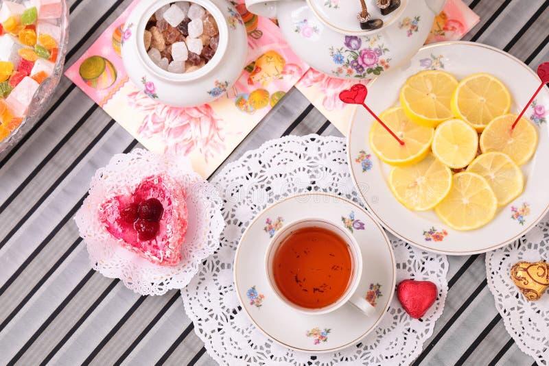 Ciepła filiżanka herbata i cukierki obrazy royalty free