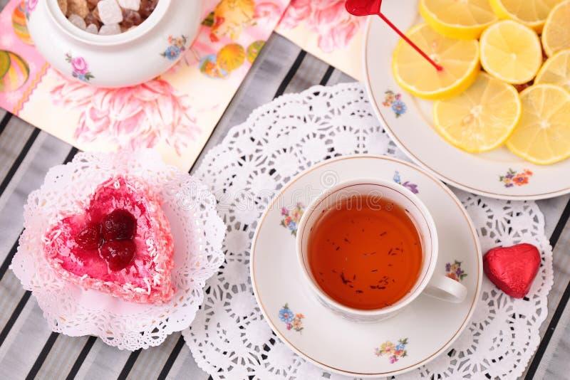 Ciepła filiżanka herbata i cukierki zdjęcia stock