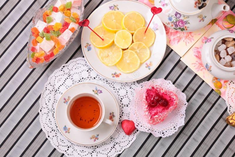 Ciepła filiżanka herbata i cukierki zdjęcie stock