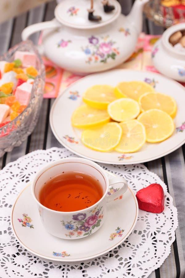 Ciepła filiżanka herbata i cukierki fotografia royalty free