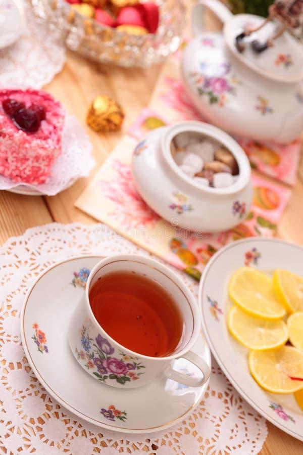 Ciepła filiżanka herbata i cukierki zdjęcie royalty free