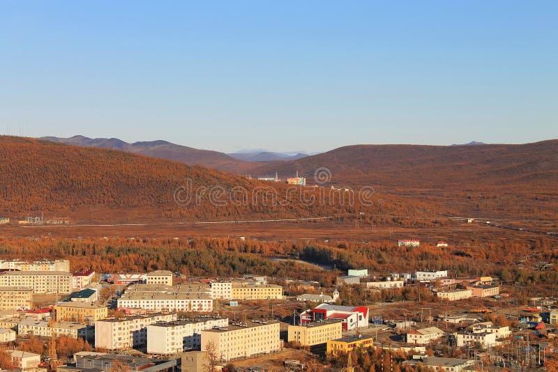 Ciepła jesień w Chukotka Widok miasto Bilibino od powalać panorama obraz stock