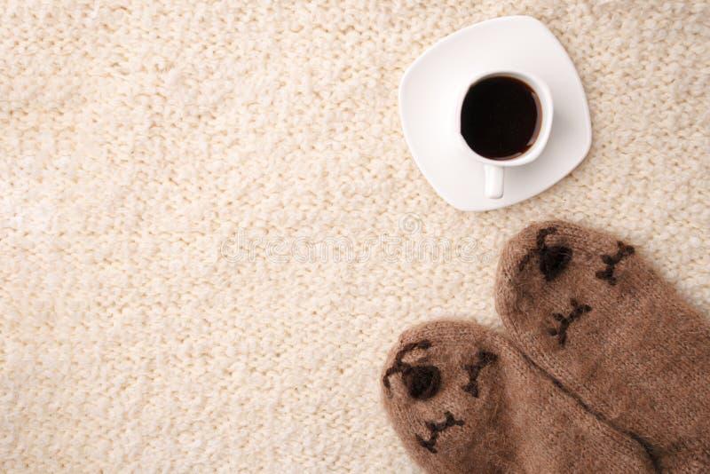 Ciepła miękka koc, filiżanka gorąca kawy espresso kawa, woolen skarpety Zima spadku jesieni wygodny życie wciąż Odgórnego widoku  obrazy royalty free