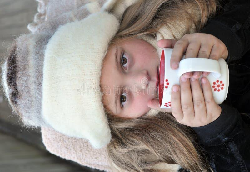 ciepła napój zimna dziewczyna fotografia stock