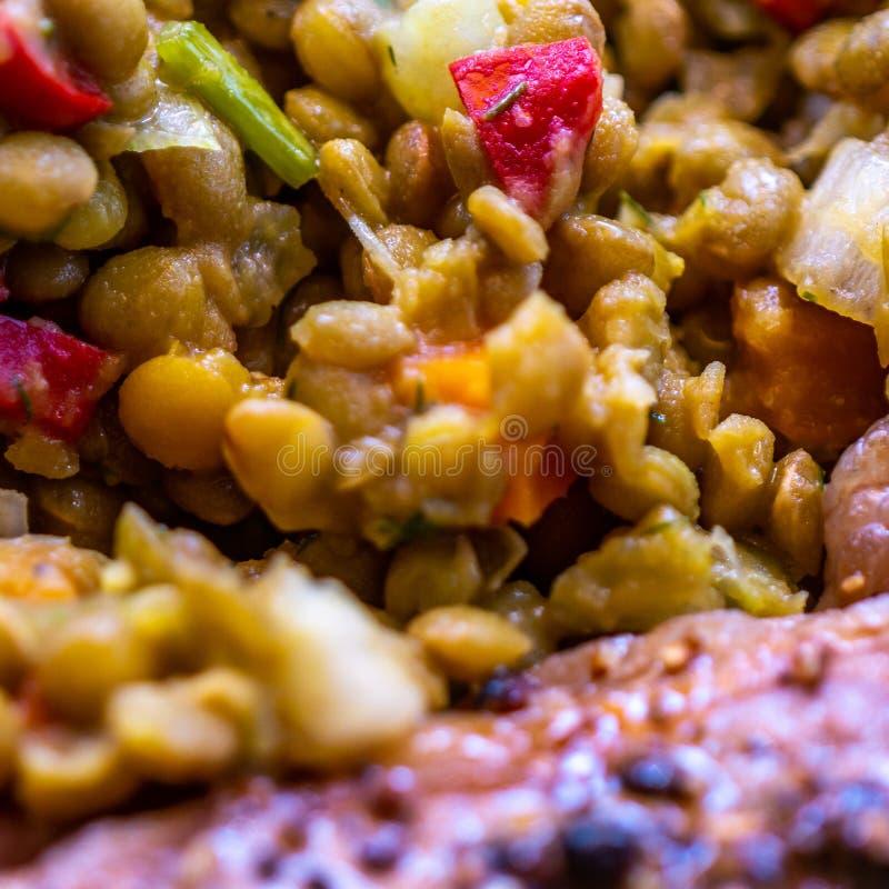 Ciep?a soczewicy s?l z chiles, papryk?, fasolkami szparagowymi i pieprzami jako boczny naczynie z weganinu klopsikiem, jedzenie obraz royalty free