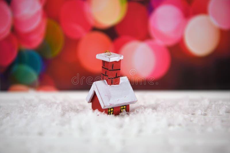Ciepłego koloru fotografii Bożenarodzeniowy wizerunek z śliczną małą drzewną dekoracją czerwień dom w śniegu z różowymi czarodzie zdjęcie royalty free