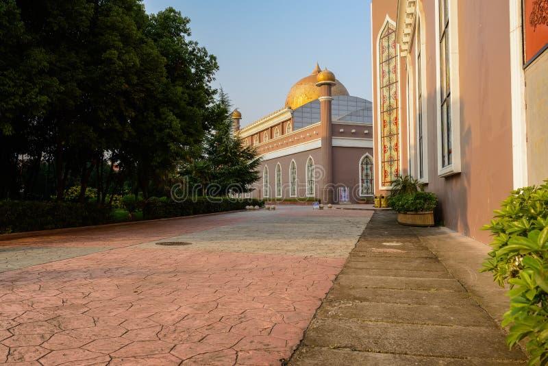Ciepłej zimy popołudniowy światło słoneczne na przydrożnych budynkach w islamu sty obrazy stock
