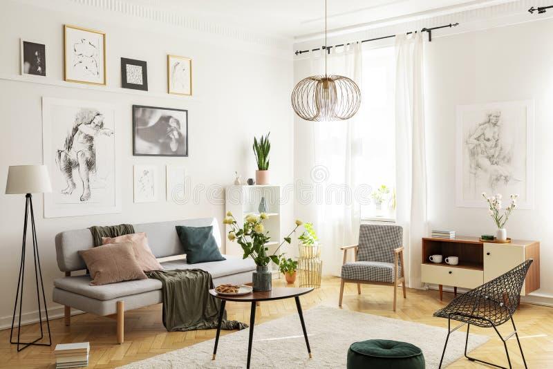 Ciepły dywan na parkietowej podłodze modny żywy izbowy wnętrze z eleganckimi karłami, drewnianym stolikiem do kawy, popielatą kan zdjęcie stock