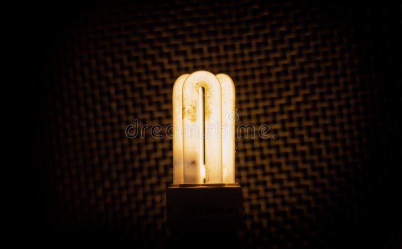 ciepły lekki lightbulb z zmrok sieci tłem obrazy stock