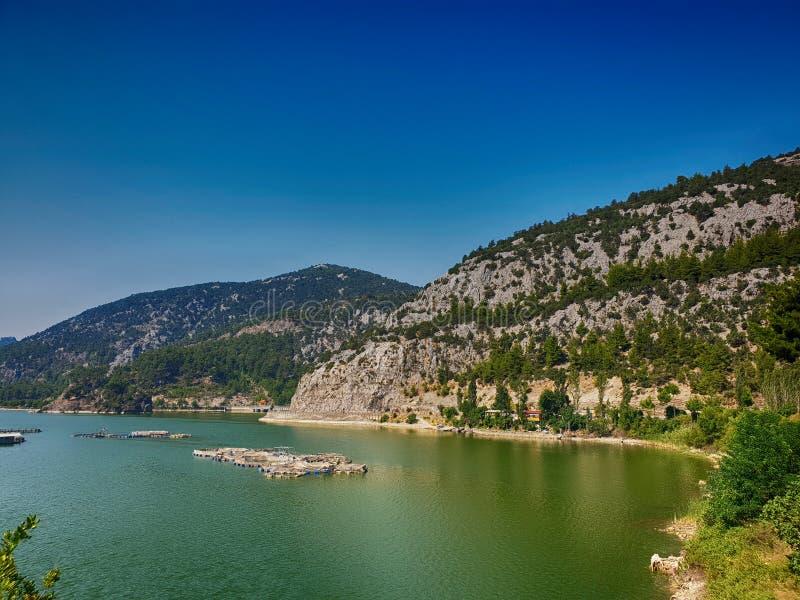 Ciep?y pogodny ranek w Turki g?rach nad zielony b??kita spokoju ampu?y jezioro obraz stock